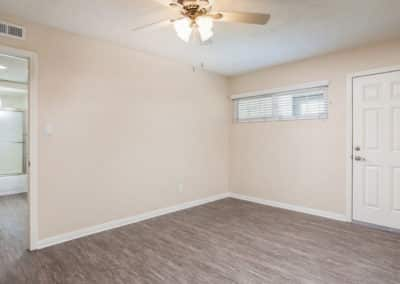 Empty-living-room-with-ceiling-fan