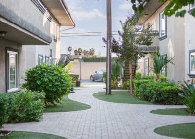 apartment-walkway-with-landscaping