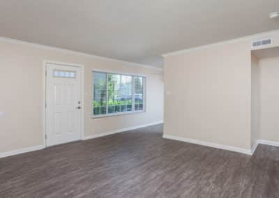 Empty-living-room-with-wood-style-flooring